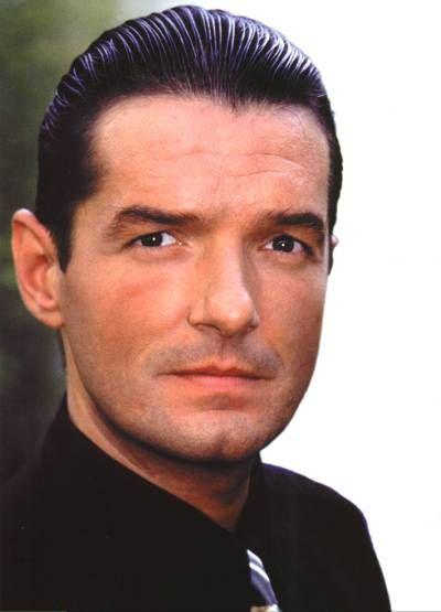 """6.Februar 1998: Der österreichische Sänger und Songschreiber FALCO kommt in der Domikanischen Republik ums Leben.Er wird getötet,als ein Kleinbus auf seinen Mitsubishi auffährt.Der 40-jährige Johann Hölzel wurde u.a. durch """"Rock me Amadeus"""" bekannt,der es schaffte,1986 die Nr.1 der US-Charts zu werden."""