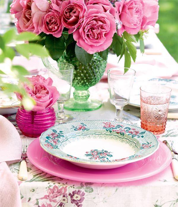 pôr um copinho com uma flor ao lado de cada prato.