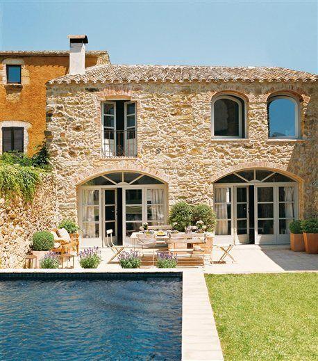old stone house-check, spacious patio-check, pool-check... Restaurada con maestría y delicadeza · ElMueble.com ·