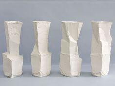 El talentoso ceramista alemán Johannes Nagel combina una fuerte inclinación conceptual con procesos artesanales complicados para crear vasijas y jarrones fuera de lo ordinario.