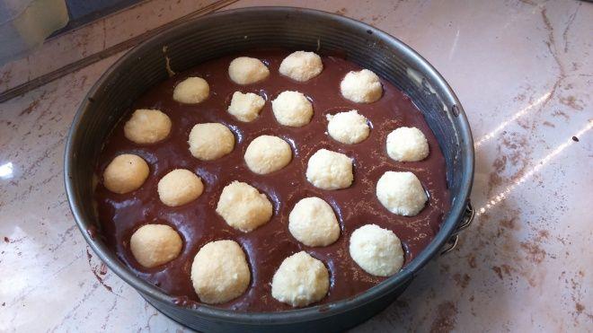 Kókuszgolyós szelet - a nyers tésztába nyomkodd bele a golyókat! Ha kisült, és felvágod, meg fogsz lepődni!   Egy az egyben
