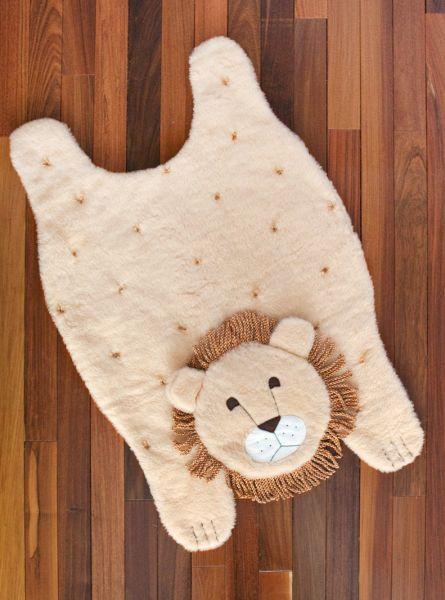 Decore de forma fofa o quarto de sua criança com um tapete infantil de leão. Com este tapete o seu pequeno também terá um cantinho diferenciado para