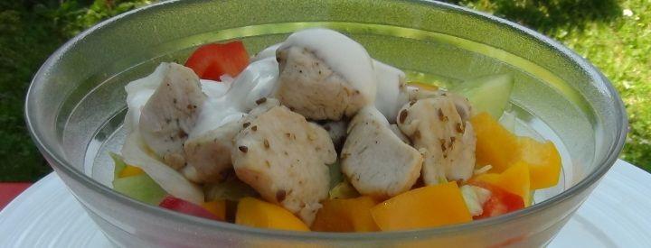 Zeleninový salát s kuřecím masem a domácím jogurtovým dresingem