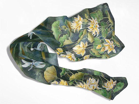 Sciarpa in Waterlily e libellula è una mano dipinta sciarpe raffiguranti fiori bianchi e oro con foglie verdi su un verde - azzurro. Si possono vedere