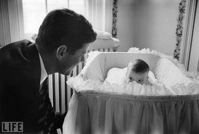 Peek-A-Boo. Photo by Ed Clark, 1958. Джон Кеннеди со своей дочерью Кэролайн.