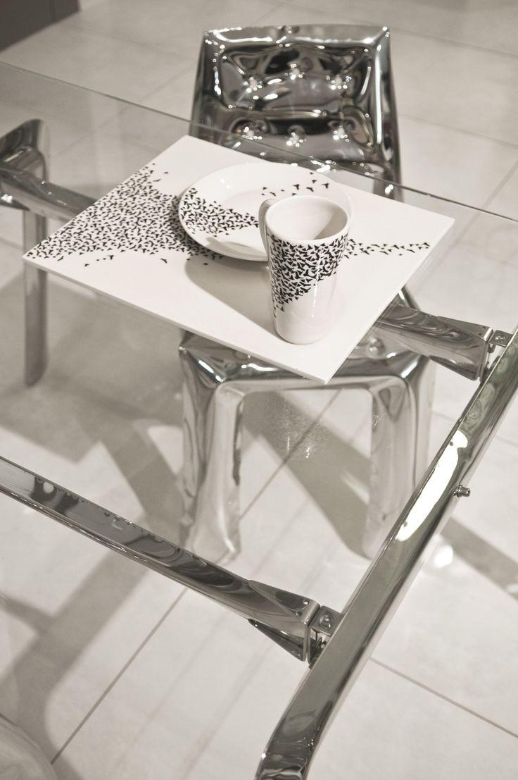bird pattern designed by Oskar Zieta.  NOGI (table construction): https://shop.zieta.pl/pl,p,1,46,nogi.html  CHIPPENSTEEL chair: https://shop.zieta.pl/pl,p,1,22,chippensteel___krzeslo.html