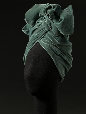 Madame Charlotte, turban en velours de rayonne, 1943. © E. Emo et S. Piera / Galliera / Roger-Viollet.