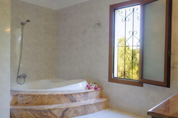house-rotes-bathroom