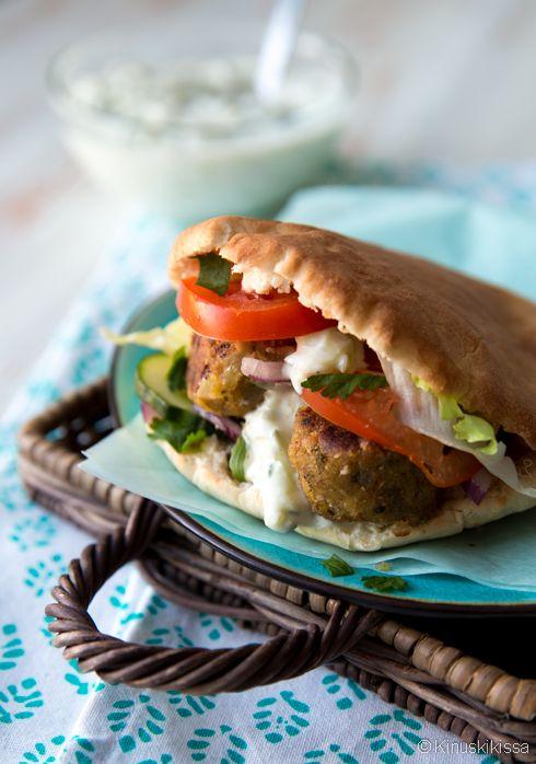 Falafel and pita: http://www.kinuskikissa.fi/falafel-pitaleivat/