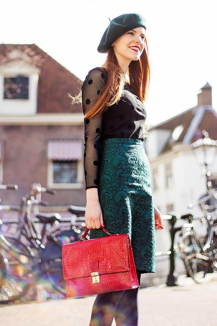 Retro Blogger Outfit met sheer stippen top, groene baret en smaragdgroene vintage rok