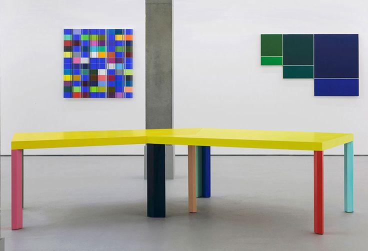 Ditty Ketting - Rocket Gallery, London Links: Zonder titel, 393, 2013, 120 x 120 cm Rechts: schilderij van Peter Hedegaard Midden: tafel van Imi Knoebel Fotografie: Paul Tucker