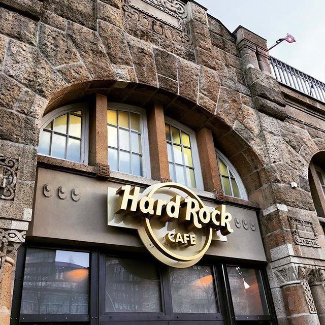 Eines Der Schonsten Hard Rock Cafes Findet Man In Hamburg Imageintheworld Travel Travelblog Travelblogger Travelphotogra Hamburg Hard Rock Landungsbrucken