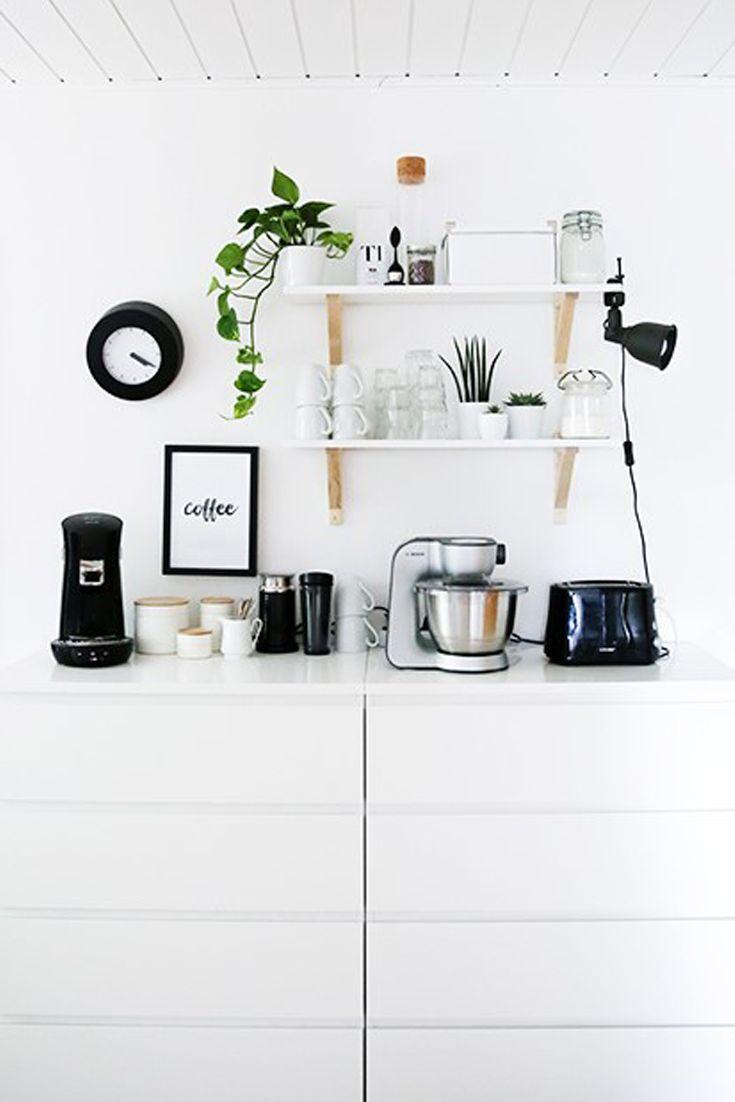 Diese Küche ist eine richtige Interior-Perle mit schwarz-weiß-Akzenten.