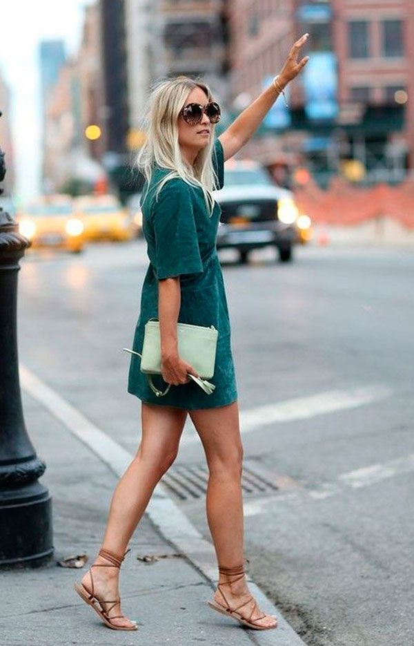Look hi-low de vestido de camurça verde e rasteirinha gladiadora