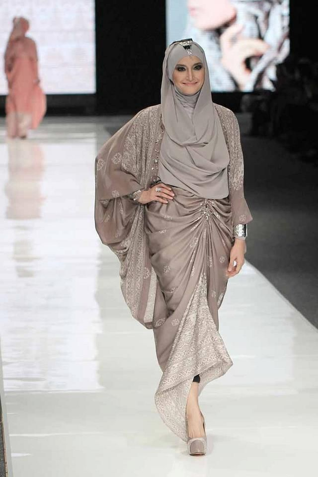 "Inneke Koesherawati wears Sisiak Cardi Barantai Skirt by Riamiranda Prime on Jakarta Fashion Week 2013---I love how Ria Miranda choosing the color, so ""shabby"""
