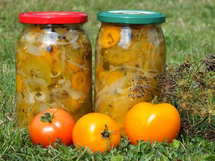 Zielone pomidory, to po prostu pomidory niedojrzałe. Jednak takie pomidory stanowią bardzo dobry produkt do wykorzystania np. Przepis na sałatka z zielonych pomidorów i marchewki.