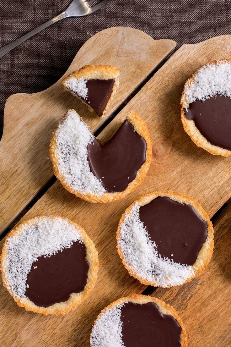 Tortine Coccochoc: cocco e cioccolato si uniscono in un abbraccio goloso per dar vita a queste golose merendine homemade.  [Coconut and chocolate mini tart]