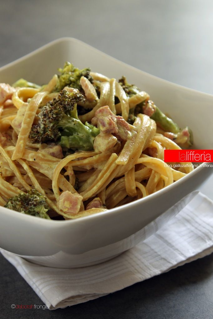 Pasta con broccoli e pancetta al curry