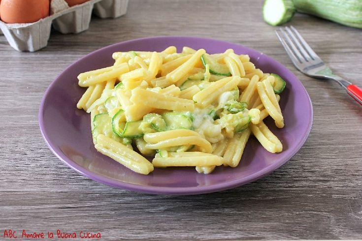 Un delizioso, ricco e cremoso primo piatto... carbonara di zucchine e scamorza! Scopri la ricetta per realizzarla facilmente in pochissimi minuti!