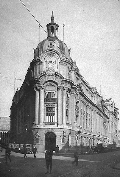 1920 Bolsa de Comercio de Santiago. Tras cuatro años de construcción, el 25 de diciembre de 1917 se inaugura el edificio de la Bolsa, cuyo diseño fue obra del arquitecto Emilio Jécquier, arquitecto de la Estación Mapocho y el Palacio de Bellas Artes. Nació en Chile en 1886 y murió en Francia en 1949.