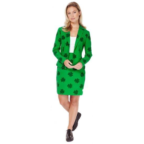Getailleerd groen mantelpakje met all-over klavertje drie pint. Het mantelpakje bestaat uit een gevoerde blazer en een rok met elastiek in de taille voor een optimale pasvorm en een rits op de achterzijde. Zowel de blazer als rok hebben een split aan de achterzijde. Materiaal: 100% hoogwaardig polyester.