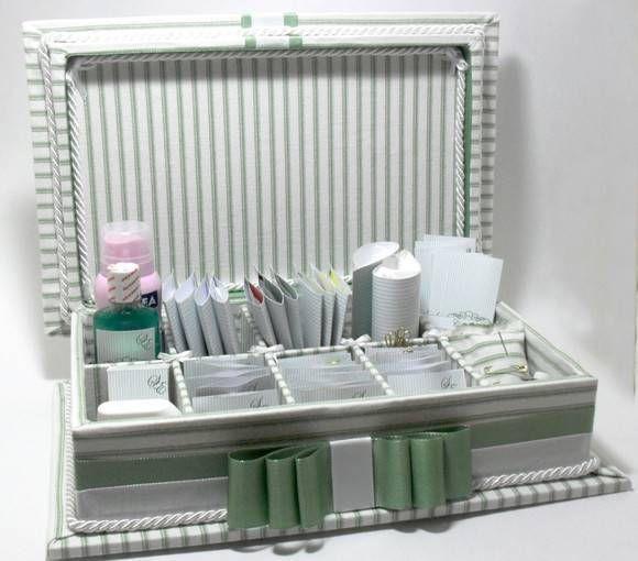 Caixa de madeira forrada em tecido com luvas personalizadas. Inclui rótulos personalizados impressos em papel couchê. Não inclui produtos de higiene e medicamentos. R$ 220,00
