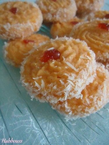 As salam aleikoum, je vous propose une savoureuse recette de biscuits, parfumés à l'orange! Ils sont réalisés à l'aide d'une poche à douille et, ensuite, je les ai collés deux à deux avec de la confiture et garnis de noix de coco! Les Ingrédients : -...