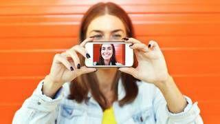 """Image copyright                  Thinkstock                  Image caption                     Las aplicaciones móviles como Tinder y Blinq utilizan algoritmos para """"calificar"""" la belleza física de sus usuarios.   ¿Bonito? ¿Feo? ¿O del montón? Las aplicaciones móviles y sitios web para buscar pareja, como la estadounidense Tinder y la suiza Blinq, buscan responder esas interrogantes sobre tu atractivo físico. Y lo hacen usando las matem�"""