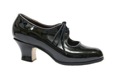 Zapato Profesional Gallardo Yerbabuena 17998 Need larger heel Caracteríticas: Charol negro con cordones. Suela cosida exterior y filis antideslizante. Tacón 5 cm garrucha. Tallas 34/41, también 1/2 Nº por encargo. Marca: Gallardo Tallas disponibles: 35, 36, 36´5, 37, 37´5, 38, 38´5, 39, 40 Color: Charol Negro Precio: 148.00 €