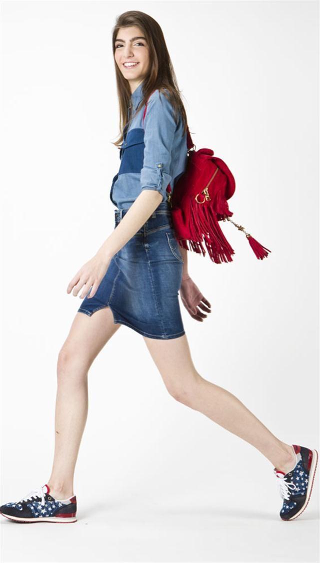 Mochilas + zapas -  De gamuza con flecos (The Bag Belt, $ 2880), zapatillas con estrellas (Pepe Jeans, $ 1160), camisa de jean con bolsillos (Tucci, $ 890) y falda tubo de (Pepe Jeans, $ 1590)
