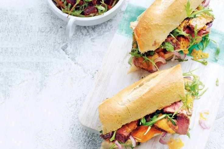 Wat eten we vanavond? Een heerlijk rijkbelegd broodje met biefstuk met een frisse salade erbij. - Recept - Allerhande