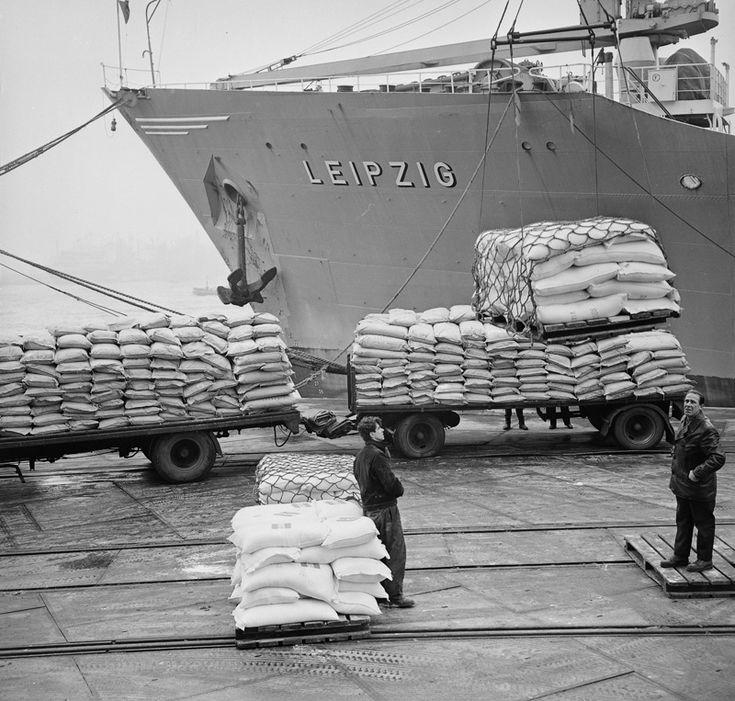 """ROTTERDAM 1966: """"Vandaag wordt met het stoomschip 'LEIPZIG' 170 ton voedsel naar India verscheept. Dit is een eerste voedselzending die door de NOVIB in samenwerking met UNICEF wordt verzorgd."""" http://www.oxfamnovib.nl/#"""