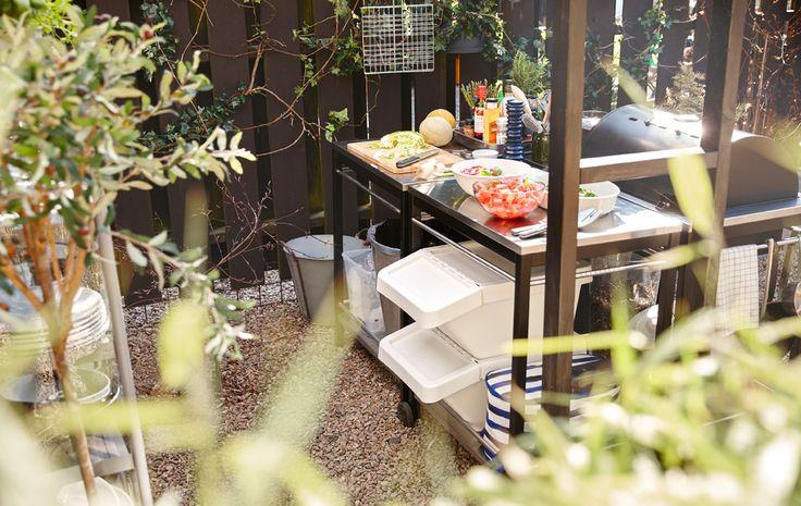 Mit einem Grill und 4 Servierwagen lässt sich wunderbar ein Kochbereich im Freien gestalten.