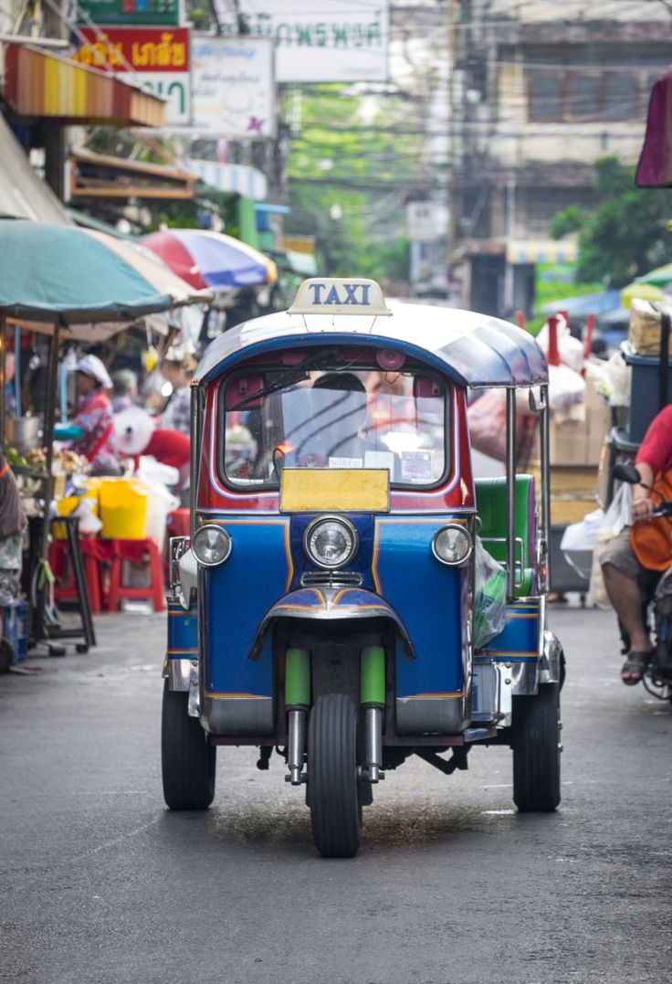 Open taxi driving on busy city street, Bangkok, Thailand par Gable Denims on 500px
