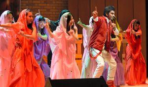 8日、宇奈月温泉の複合施設「セレネ」のホール。撮影スタッフのかけ声で、ステージ上の女性10人が体をくねらせて踊り始めた。ピンクや赤、黄色のカラフルな衣装が、体の回転に合わせてフワリと舞った。  撮影が続いているのはインド映画「JUMBO(ジャンボ) 3D」。マジシャンの弟子であるインド人青年がショーのため来日したものの、旅の途中で一行とはぐれ、騒動に巻き込まれるというラブコメディーだ。