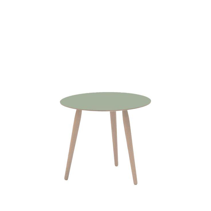 Playround soffbord tillverkat i vitoljad ek med skiva i grå laminat. Playround är ett runt soffbord som finns i sammanlagt 20 utföranden. Man kan välja mellan fem storlekar på bordskivan och fyra alternativ när det gäller höjd. Bordet är tillverkat av massivt trä men bordsskivan kan alternativt levereras laminat i olika färger.