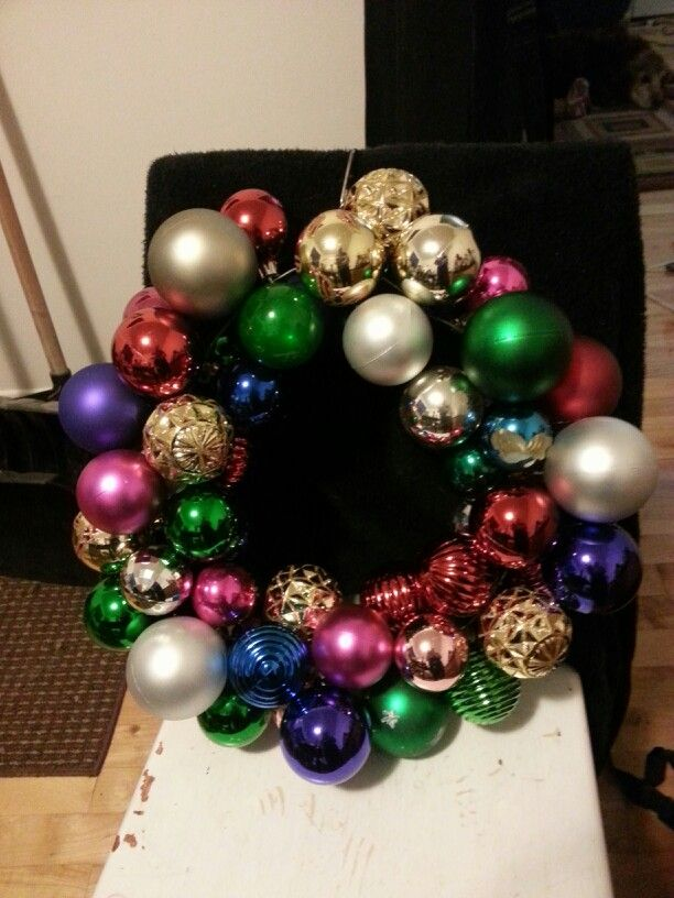 Hanger wreath. Recycled Christmas decorations.