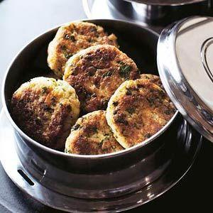Crabcakes /  - 1/2 stokbrood le champain   - 2 blikjes krab (a 170 g), uitgelekt    - 1 ei    - 1 bakje platte peterselie (20 g), fijngesneden    - 4 el mayonaise    - 1 sjalot, gesnipperd    - 1 tl fijne mosterd pittig    - 2 tl worcestershiresauce (flesje 150 ml)    - 6 druppels tabasco (flesje 57 ml)    - 100 ml zonnebloemolie    - 1 citroen, in parten
