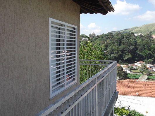 Grade horizontal - janela - parede com textura
