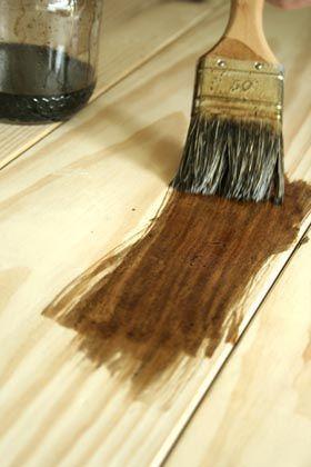 Le brou de noix * liquide que l'on trouve dans le commerce est un produit naturel, fabriqué à base d'extrait de cassel, qui est une roche. On le trouve aussi sous forme de poudre (pigment). Il sert à teinter le bois, de noyer clair à noyer foncé. Il ne dégage pas de COV, ni d'odeur. Il est sans danger à l'application.