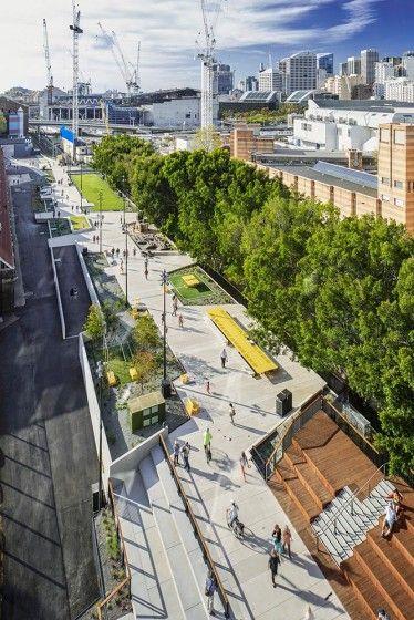 The Goods Line projesi, Sidney'de kullanılmayan yükseltilmiş bir demiryolunu, şehrin en yoğun bölgesinden geçen bir hat boyunca yeşil, kamusal bir koridora dönüştürüyor. Bir omurga gibi uzanan park, şehirdeki önemli eğitim, kültür ve medya yapılarına da dokunarak ilerliyor. Bağlayıcı işlevinin yanı sıra birçok sosyal altyapı unsuru ile donatılan proje; oturma alanları, amfi tiyatro, çocuk oyun alanı, tribünler ve yeşil alanlarıyla farklı etkileşim noktaları meydana getiriyor. The Goods Line…