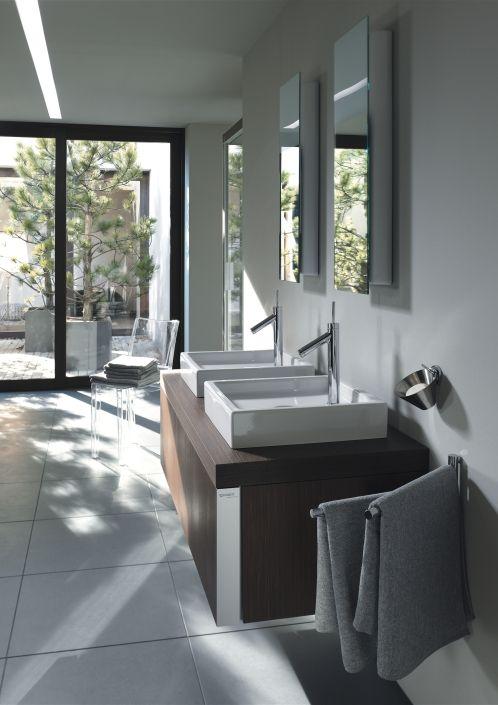 Nein, du siehst nicht doppelt. Hier sind zwei ganz einfache Spiegel über zwei Waschbecken angebracht. Große quadratische Bodenfliesen nehmen das viereckige Thema adäquat auf.  Weitere Ideen für dein Traumbad gibt es hier: www.wohn-dir-was.de Bildmaterial: ©️ Duravit