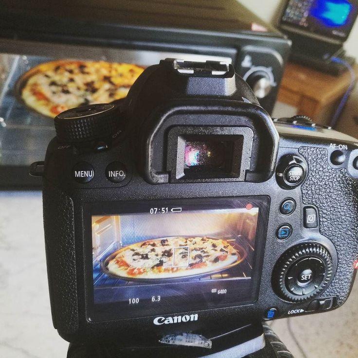 Pizza au four Bnin Decouvrez la recette sur notre chaîne YouTube: Bnin #bnin #pizza #behindthescenes #tournage #shooting #shootingday #moroccanfood #italianfood #instafood #foodandwine