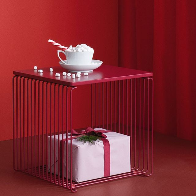 It's the time for sweets and treats. The Panton Wire in Moulin Rouge with mdf top in Moulin Rouge. #danishdesign #pantonwire #panton #homedecor #julepynt #christmasfeeling #shelving #sidetable