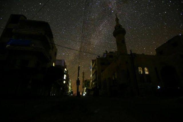 Suasana Idlib pada malam hari  Suasana malam hari di Ma'arat Nu'man Idlib Suriah di malam hari (Reuters)  Suasana malam di kota Idlib Suriah terasa tenang dan damai dengan adanya bintang-bintang. Namun keadaan ini dikhawatirkan tidak akan berlangsung lama. Setelah rezim Assad berhasil mengambil alih kota Aleppo timur diprediksi akan mengincar kota Idlib. Utusan khusus PBB untuk Suriah Staffan De Mistura memperingatkan agar kejadian di Aleppo tidak terulang di Idlib. Dimana ribuan pengungsi…