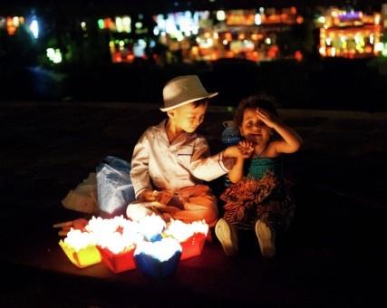 Albert Chandra: interaksi lucu anak penjual lampion lilin di vietnam dengan turis di Hoi An, Vietnam