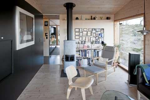 SVART/HVITT: Fra stuen med klebersteinovnen ser du mot kjøkkenet. Alle rom i dette huset har utmerket utsikt.