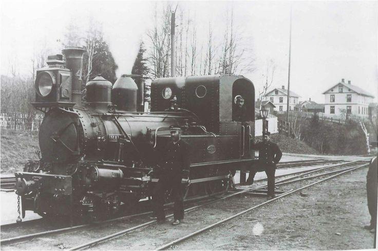 Lok nr. 4 på Randsfjordbanen  Klikk på bildet for stor utgave  Jernbanestrekningen fra Drammen til Randsfjord stasjon ved Jevnaker sto ferdig i 1868. Bredsporet fra 1909 ved samordning med Bergensbanen. Kortet er poststemplet i 1900, men fotografiet av det ganske nye lokomotivet er sannsynligvis eldre. Lokomotiv nr. 4 het Harald og var innkjøpt i 1867. De tre andre lokomotivene som trafikkerte banen var Halvdan, Trygve og Sigurd