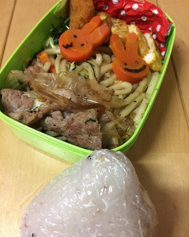 金曜お弁当  楽チンしちゃいました。 足りないので、雑穀米おにぎりプラスして🤗  相変わらずのらブサイク人参🤦🏾♂️ #お弁当#ランチ#焼うどん#肉#雑穀米#中学生お弁当