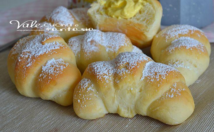 Cornetti alla crema senza burro sofficissimi , leggeri come una nuvola, senza grassi , solo tanta sofficità farciti con crema o da solo sono una bontà